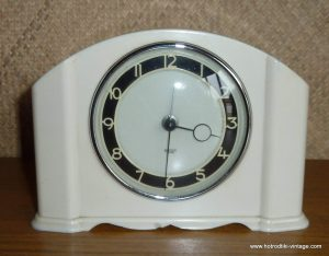 vintage_smith_s_cream_bakelite_mantle_clock_cu2